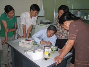 Figure 2 FFTC Consultant and Project Coordinator Prof. Hong-Ji Su Demonstrates HLB Rapid Detection Using Iodine Test Kit to Ppri Laboratory Staff.